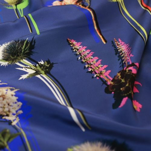 ф5987 Dolce & Gabbana. Мечтательные одуванчики и астильба на голубом крепдешине (100% шелк). Италия.
