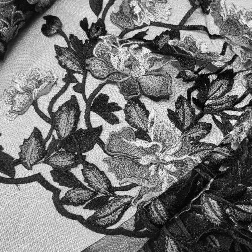 ф4664 Серебряные плетистые розы на черной сетке (100% п/эстер). Италия.