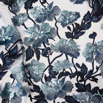 ф4665 Серебристо-голубые плетистые розы на сизой сетке (100% п/эстер). Италия.