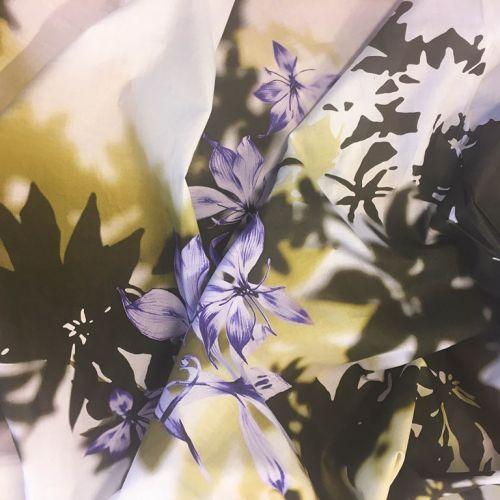9944 Фиолетовые японские цветы и тени на белом фоне (100% хлопок). Италия.