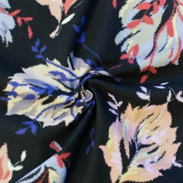 ф5105 Черная ткань пике с разноцветными листьями (100% хлопок).