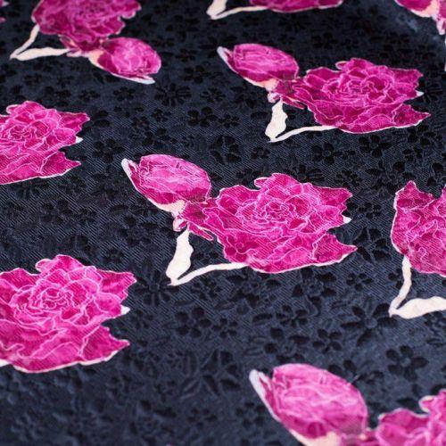 ф4766 Малиновые розы с дочками на черном жаккарде (65% хл35% ацетат). Италия.