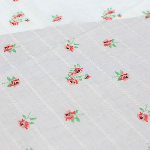 ТД0003 РЕТРО-ТКАНИ ИЗ СССР. Белый ситец с розочками как будто вышитыми крестиком (100% хлопок).