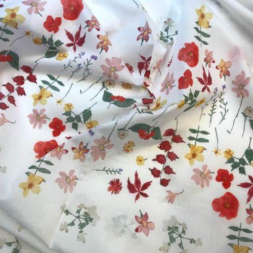 ф5096 Белый сатин с нежными полевыми цветочками и маками по низу купона (100% хлопок).