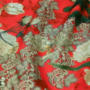 ф5567 Махровые тюльпаны и чайные розы в кружеве на красном крепдешине (100% шелк)
