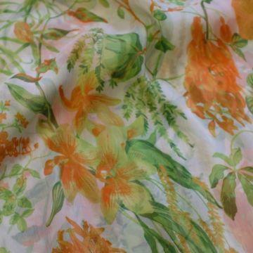 ф4601 Оранжевые орхидеи и зеленые папоротники на жатом шифоне